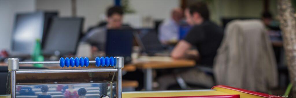 Développeur web Java au travail dans les locaux d'UBIK INGENIERIE